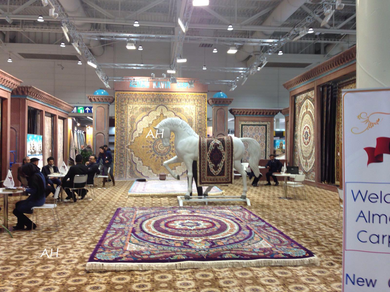 Imagen stand con caballo blanco y alfombras a su alrededor-Domotex 2016