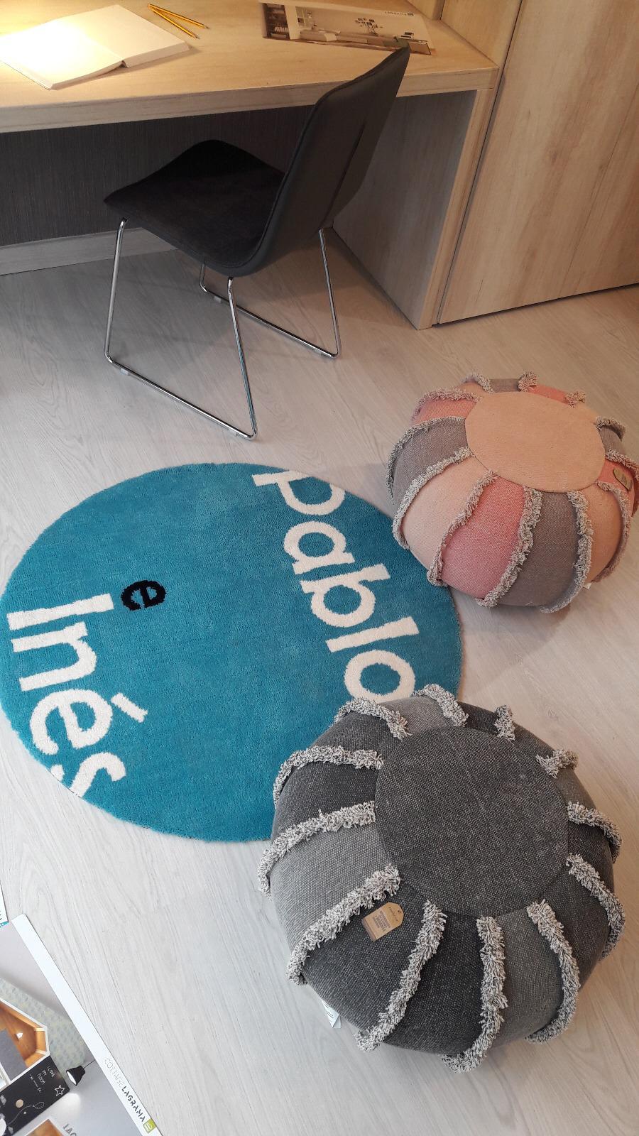 """Ambiente formado con la alfombra redonda """"Pablo e Inés"""" en el escaparate de la tienda Rústico Colonial"""